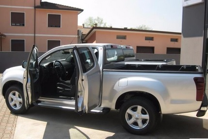 Left hand drive ISUZU D MAX 2.5 Space Cab Solar 4WD NEW