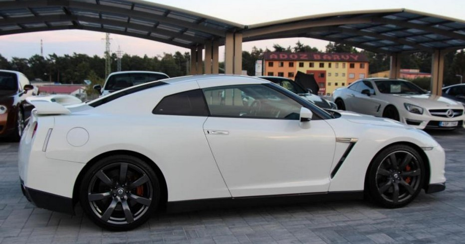 left hand drive NISSAN GT-R (04/2010) - WHITE