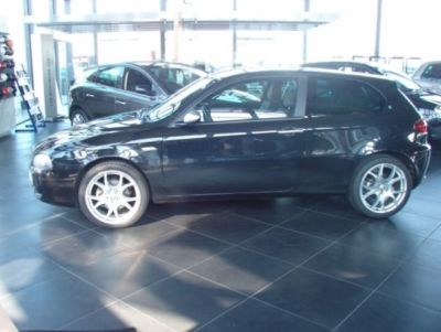 ALFA ROMEO 147 (04/2009) - Metallic Carbon Black - lieu:
